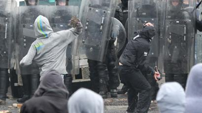 Belfast flag protests: Policeman injured in clash with loyalists (PHOTOS, VIDEO)