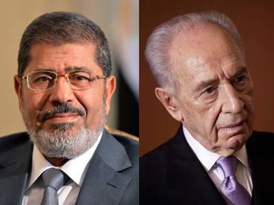 Egyptian President Mohamed Morsi (R) and Israeli President Shimon Peres (AFP Photo)