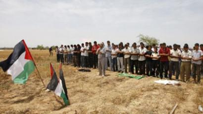 Palestinians pray during a protest near the town of Khan Yunis, close to the border between Israel and the southern Gaza Strip (AFP Photo / SAID KHATIB)