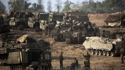 Israeli soldiers take position on Israel's border with the Gaza Strip on November 17, 2012 (AFP Photo / Menahem Kahana)