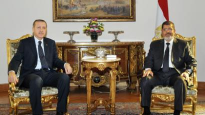 Turkey's Prime Minister Recep Tayyip Erdogan (L) meeting with Egyptian President Mohamed Morsi at the presidential palace in Cairo on November 17, 2012 (AFP Photo)