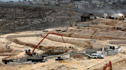 Construction goes on in the Isareli settlement of Pizgat Zeev, in the northern area of east Jerusalem, on November 16, 2011. (AFP Photo / Ahmad Gharabli)