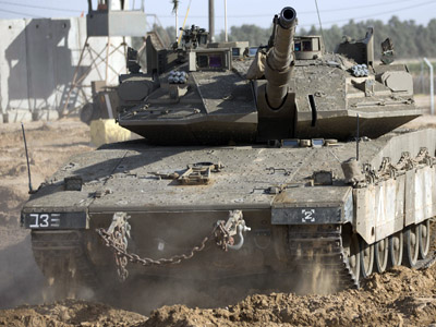 Israeli tanks maneuver at the Israeli-Gaza Strip border (AFP Photo/Menahem Kahana)
