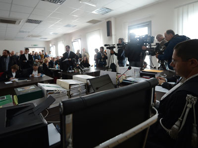 People stand as the court in charge of the trial of six Italian scientists and a government official charged with manslaughter for underestimating the risks of a killer earthquake in 2009 takes place for a session.(AFP Photo / Filippo Monteforte)