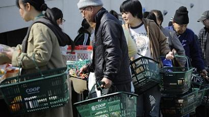 Japanese residents queue for food in Sendai on March 14, 2011 (AFP Photo / Philippe Lopez)