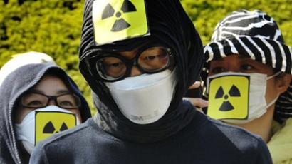 Tokyo : Protestors wear masks as they protest against Japan's nuclear policy during a parade for Earth Day in Tokyo on April 24, 2011.  (AFP Photo / Yoshikazu Tsuno)