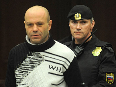 Dmitry Pavlyuchenkov is escorted into a courtroom during his trial in Moscow on December 14, 2012. (AFP Photo/Andrey Smirnov)