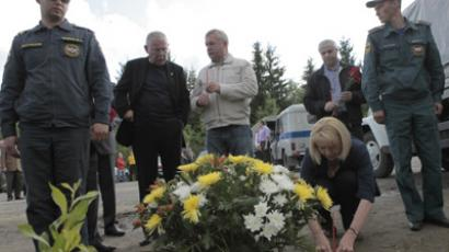 Karelian senior officials laying flowers at the crash site. (RIA Novosti / ALexey Danichev)