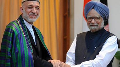 President of Afghanistan Hamid Karzai (L) shakes hands with Indian Prime Minister Manmohan Singh (R) during a meeting in New Delhi on October 4, 2011. (AFP Photo/Raveendran)