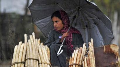 Kashmiri woman selling lotus stems on the shores of Dal Lake in Srinagar, November 4, 2011 (AFP Photo / Tauseef Mustafa)