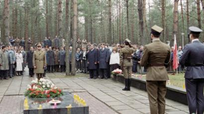 President Wojciech Jaruzelski of the Republic of Poland (center) laying wreath at memorial to dead Polish officers during his visit to Katyn. (RIA Novosti / Runov)