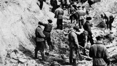 A picture taken on April 1, 1943 shows men digging out bodies of Polish officers from a mass grave in Katyn. More than 22,000 Polish officers were killed by Soviet security forces in the Katyn forest and other sites in 1940.(AFP Photo / Files Pap)