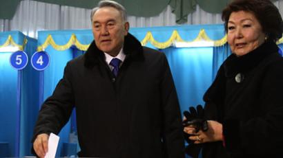 Kazakh President Nursultan Nazarbayev and his wife cast their vote at a polling station during the presidential election (RIA Novosti / Vladimir Buharevich)
