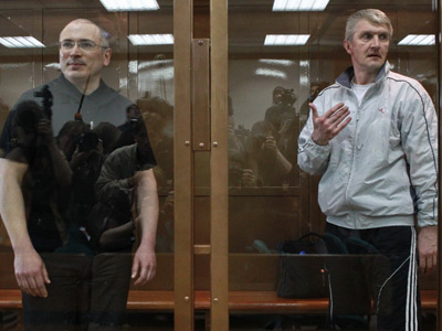 From left: Former head of Yukos Mikhail Khodorkovsky and Menatep head Platon Lebedev in the Moscow City Court during the hearing of the cassation appeal on the December 2010 verdict (RIA Novosti / Andrey Stenin)