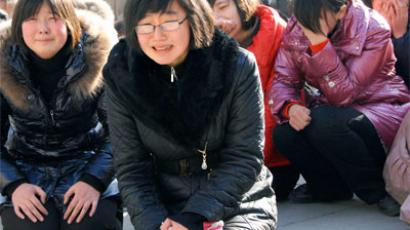 Pyongyang residents react as they mourn over the death of North Korean leader Kim Jong-il in Pyongyang (Kyodo / Reuters)
