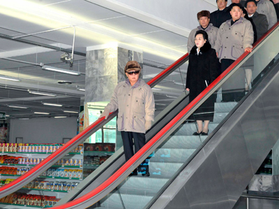 Kim Jong-il (front) and his son Kim Jong-un (3rd row R) visits commercial centre of Gwangbok District in Pyongyang December 17, 2011 (Reuters / KCNA)