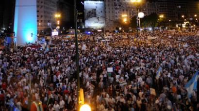 "People gather by the Obelisk as they take part in a ""cacerolazo"" (a form of civilian protest where pots are used to make noise) against Argentine President Cristina Fernandez de Kirchner's government in Buenos Aires on November 8, 2012 (AFP Photo / Daniel Garcia)"