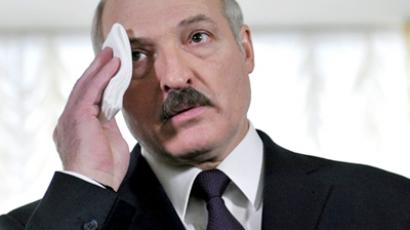 Belarus, Minsk : Belarus President Alexander Lukashenko wipes his brow as he speaks to journalists after voting in Minsk on December 19, 2010. (AFP Photo / Viktor Drachev)