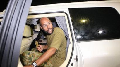 Libya, Tripoli : Saif al-Islam Kadhafi, son of Libya's embattled leader Moamer Kadhafi, appears in front of supporters and journalists at his father's residential complex in the Libyan capital Tripoli in the early hours of August 23, 2011. (AFP Photo / Imed Lamloum)