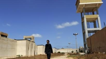 US filmmaker Matthew VanDyke walks outside the Abu Salim prison in the Libyan capital Tripoli on August 30, 2011. (AFP Photo / Francisco Leong)