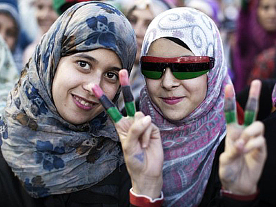 Libya, Tripoli: Libyan women celebrate in the streets of Tripoli following news of Moamer Kahdafi's capture and death on October 20, 2011. (AFP Photo / Marco Longari)