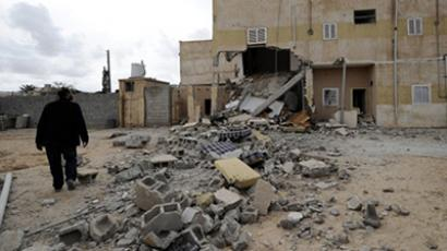 A Libyan man looks at a damaged house in central Misrata, Libya's third largest city (AFP Photo / Filippo Monteforte)