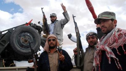 Libya, Jweb Ya: Libyan rebels pose with their weapons as they secure a road leading to the city of Kabao near the border with Tunisia in Jweb Ya, district of Nalout, on April 26, 2011. (AFP Photo / Borni Hichem)