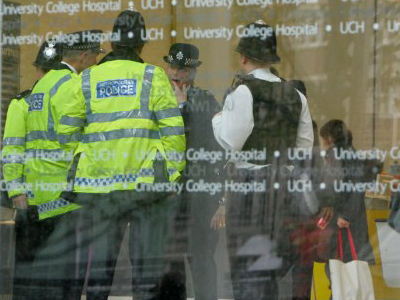 London : British police gather in the lobby of the University College Hospital in London, 24 November 2006, hours after the death of former Russian spy Alexander Litvinenko. (AFP Photo / Odd Andersen)