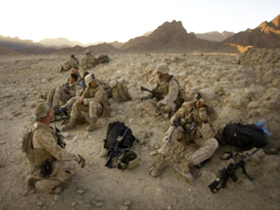 Iraq: US Marines take a break from searching house-to-house during day three on October 9, 2009. (AFP Photo / David Furst)