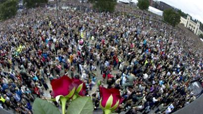 Norway, Oslo : Roses lie on a balcony overlooking a vigil in Oslo attended by some 150,000 people holding flowers in a show of solidarity with the victims of recent attacks in Norway, on July 25, 2011. (AFP Photo / Odd Andersen)