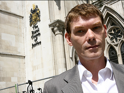 United Kingdom, London : Gary McKinnon, who is accused of breaking into US government computer networks, is pictured outside the Royal Courts of Justice in London , 11 July 2006. (AFP Photo / John D Mchugh)