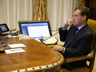 Medvedev talks to Ahmadinejad prior to Middle East visit