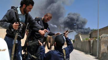 Libya, Misrata: Libyan rebels unloading weapons (AFP Photo / Christophe Simon)