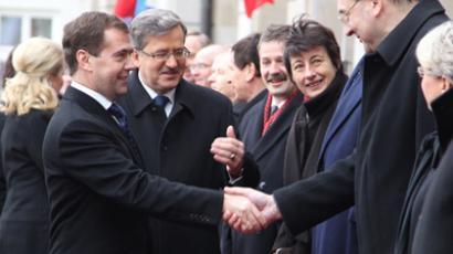 President Dmitry Medvedev (L) and Poland's President Bronislaw Komorowski meeting the delegations in front of the presidential palace in Warsaw, December 6, 2010 (RIA Novosti / Mikhail Klimentyev)