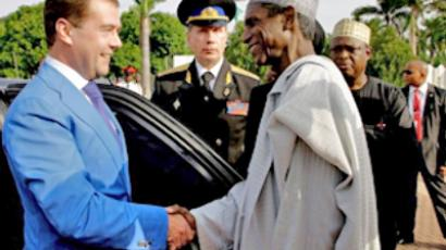 Dmitry Medvedev  shakes hands with Nigerian President Usman Musa Yar'Adua (AFP Photo / Dmitry Astakhov)