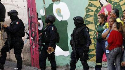 Federal policemen arrive at the crime scene were five youngsters were killed in Monterrey, Nuevo Leon state, on March 14, 2012 (AFP Photo/Julio Cesar Aguilar)