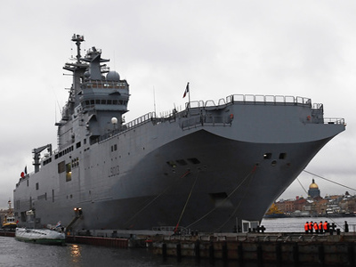 French Mistral-class amphibious assault ship moored near Lieutenant Schmidt Embankment in St. Petersburg. (RIA Novosti / Alexei Danichev)