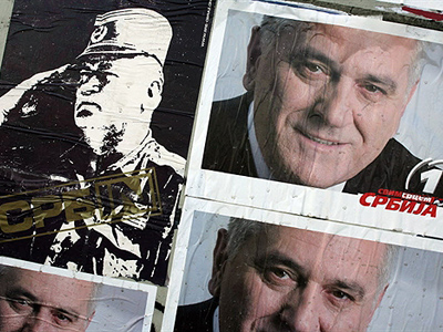 Serbia, Belgrade: A picture of Bosnian Serb war crime fugitive Ratko Mladic is surrounded by pre-election posters showing Serbian ultranationalist Radical Party leader Tomislav Nikolic in Belgrade, 03 February 2008. (AFP Photo / Andrej Isakovic)