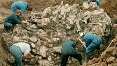 A mass grave in the village of Pilica some 300 km northeast of Sarajevo. The victims in the human sculpture are said to be some of the 7,000 men missing after Serbs overran the Moslem enclave of Srebrenica in July 1995 (AFP Photo / Odd Andersen)