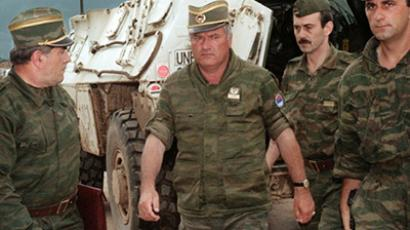 A picture taken on August 10, 1993 shows the commander of the Serbian forces in Bosnia General Ratko Mladic (C) arriving at Sarajevo airport to negotiate the withdrawal of his troops from Mount Igman (AFP Photo Files / Gabriel Bouys)