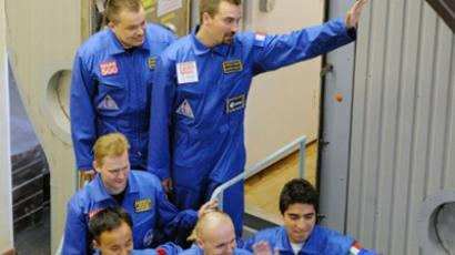 Members of the Mars500 crew Alexey Sitev of Russia (front C), Romain Charles of France (back R), Sukhrob Kamolov of Russia (back C), Diego Urbina of Italy (front R), Alexander Smoleevskiy of Russia (back L), and Wang Yue of China (front L) smile for the press before being locked into the Mars500 isolation facility in Moscow on June 3, 2010 (AFP Photo / Alexander Nemenov)