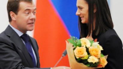 Dmitry Medvedev awards pole-vaulter Yelena Isinbayeva the order Service to the Fatherland, IV Degree, at the Kremlin in Moscow on September 8, 2009 (AFP Photo / Pool / Alexander Nemenov)