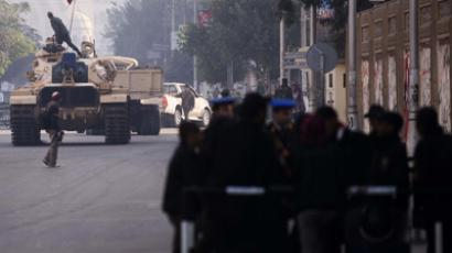 Egyptian soldiers deploy outside the presidential palace in Cairo on December 8, 2012 (AFP Photo / Gianluigi Guercia)