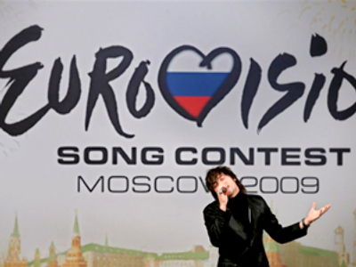 Russian pop star Dima Bilan sings at a Eurovision 2009 ceremony in Moscow on December 10, 2008 (AFP Photo / Dmitry Kostukov)