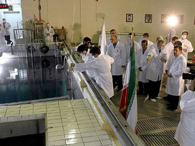 Iranian President Mahmoud Ahmadinejad listening to an expert during a tour of Tehran's research reactor center on February 15, 2012 (AFP Photo)
