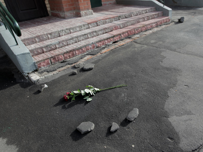The entrance of the apartment building where two boys hit the ground after their mother threw them out a fifteenth-story window, in the city of Dolgoprudny, Moscow region.(RIA Novosti / Andrey Stenin)