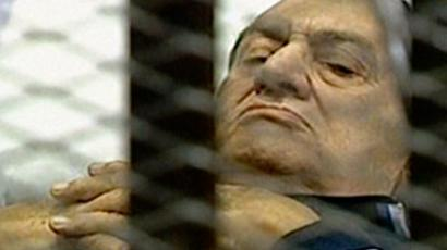 An image grab taken from Egyptian state TV shows ousted Egyptian president Hosni Mubarak lying on a stretcher inside a cell at a courtroom in Cairo on August 15, 2011 (AFP Photo / Egyptian TV)