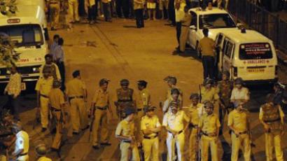 MUMBAI : Indian police cordon off the area of a bomb blast site in Dadar Kabutarkhana area, in Mumbai on July 13, 2011. (AFP Photo/ Indranil Mukherjee)
