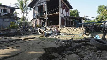 People inspect houses that were badly damaged by an earthquake in the village of Ma Lar at Kyauk Myaung township November 11, 2012. (Reuters)