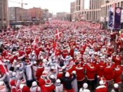 'Nashi's' Santas throng Moscow centre